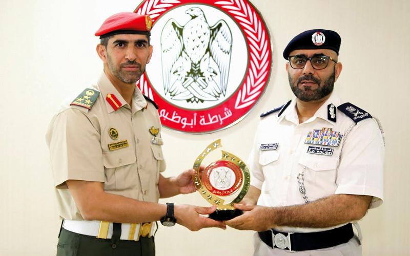 الصورة: القوات المسلحة وشرطة أبوظبي  تبحثان التعاون
