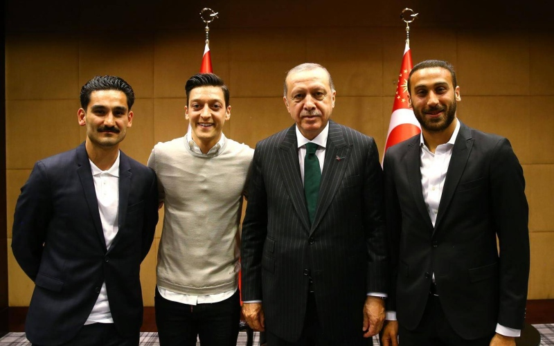 الصورة: أردوغان يهدد مشاركة أوزيل وغوندوغان في كأس العالم