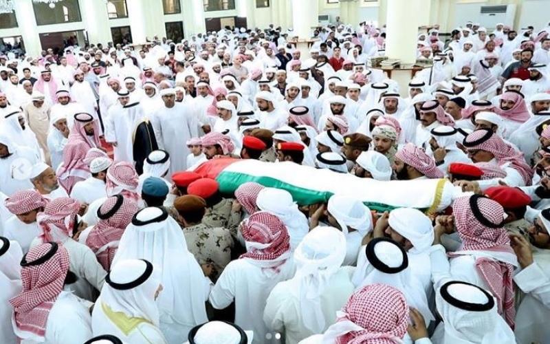 الصورة: جموع المصلين يؤدون صلاة الجنازة على جثمان الشهيد سعيد الهاجري