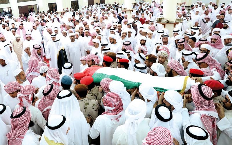 الصورة: جموع غفيرة تؤدي صلاة الجنازة على جثمان الشهيد الهاجري