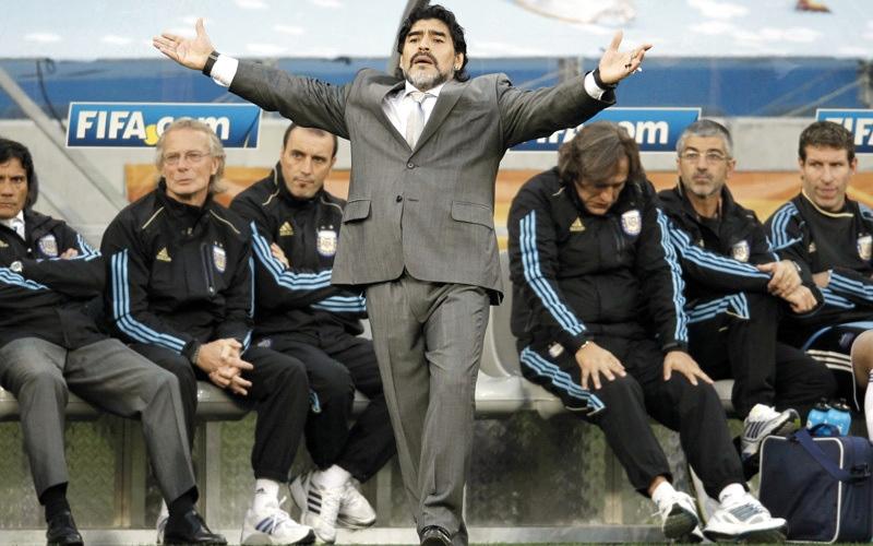 الصورة: مارادونا يرفض الاعتذار عن هدف اليد المونديالي