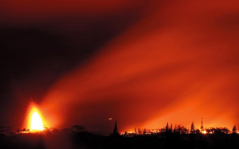 الصورة: ثورة بركان كيلاويا تضيء سماء هاواي