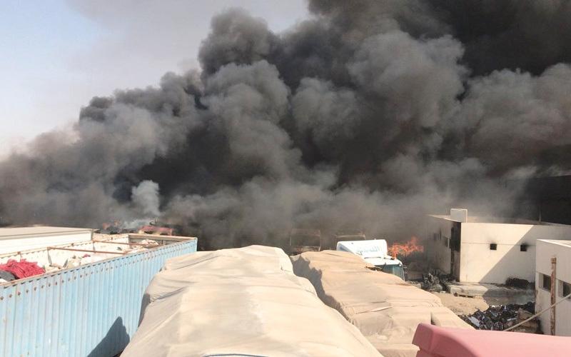 الصورة: «الدفاع المدني» تدعم نظيرتها السعودية لإخماد حريق  في مركز حدودي