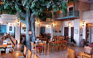 الصورة: مطاعم إماراتية على وقع أضواء «الفنر» الخافتة