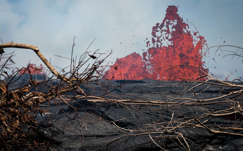 الصورة: بالصور.. حمم بركان كيلاويا في هاواي تقترب من محطة لتوليد الكهرباء