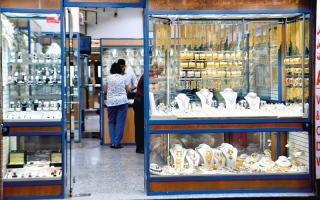 تجار إقبال على بيع المشغولات الذهبية المستعملة