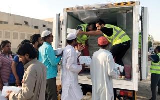 الصورة: شرطة دبي توزع 4000 وجبة إفطار على العمال