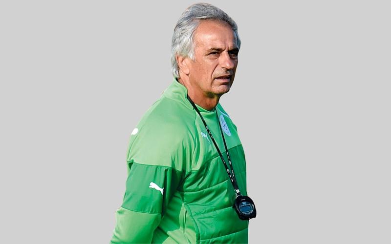 الصورة: مدرب الجزائر السابق يقاضي اليابان مقابل ين واحد