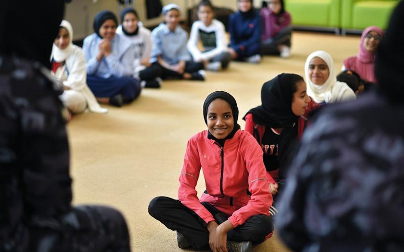 الصورة: «فخرنا».. فتيات إماراتيات يتعلمن «قيم زايد»