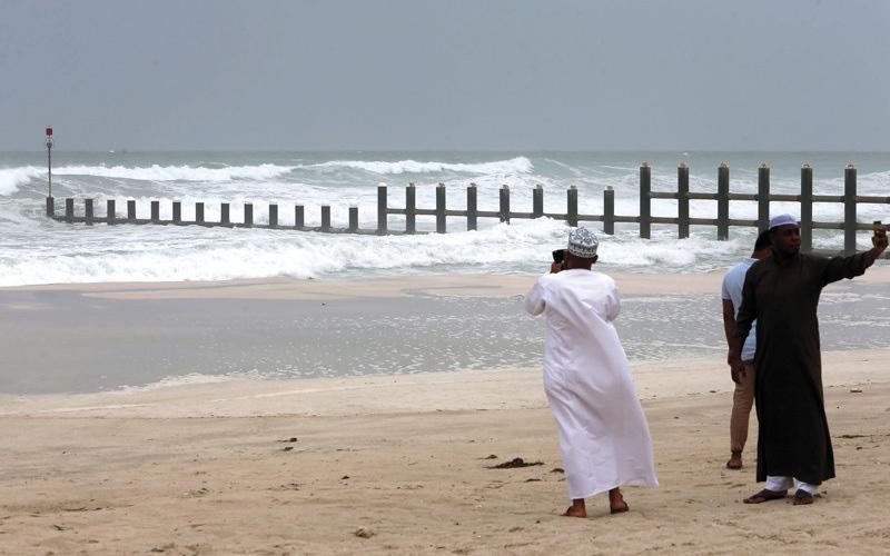 الصورة: «الأرصاد» يحذر من الشائعات ويؤكد: الإمارات خارج مسار «مكونو»