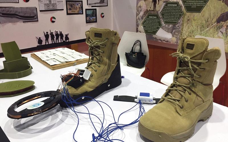 الصورة: 3 طالبات يبتكرن حذاء كاشفاً للألغام والمعادن