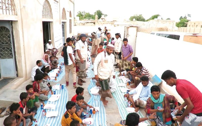 الصورة: «الهلال» تبدأ تنفيذ مشروع إفطار صائم بمديرية زنجبار في أبين