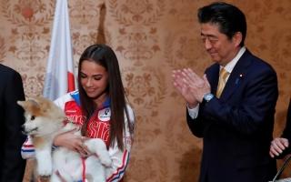 الصورة: بالصور.. رئيس وزراء اليابان يشارك في إهداء بطلة أولمبية روسية كلبا