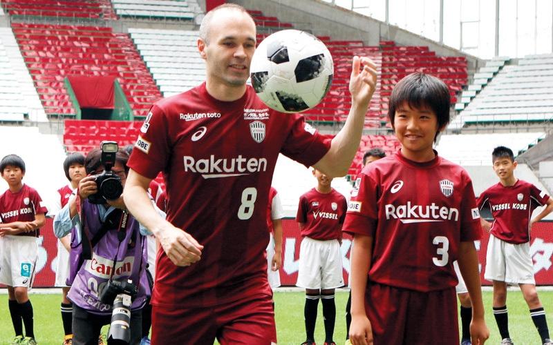 الصورة: إنييستا يعد مشجعي فيسل كوبي الياباني بـ «المجد الآسيوي»