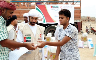 الصورة: «الهلال» توزع مساعدات غذائية على مئات الأسر   في منطقة شحير بحضرموت