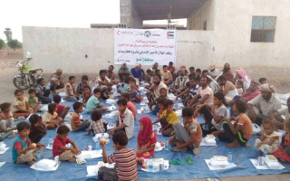 الصورة: «الهلال» توزع 440 وجبة إفطار في 3 قرى بالفيوش في لحج