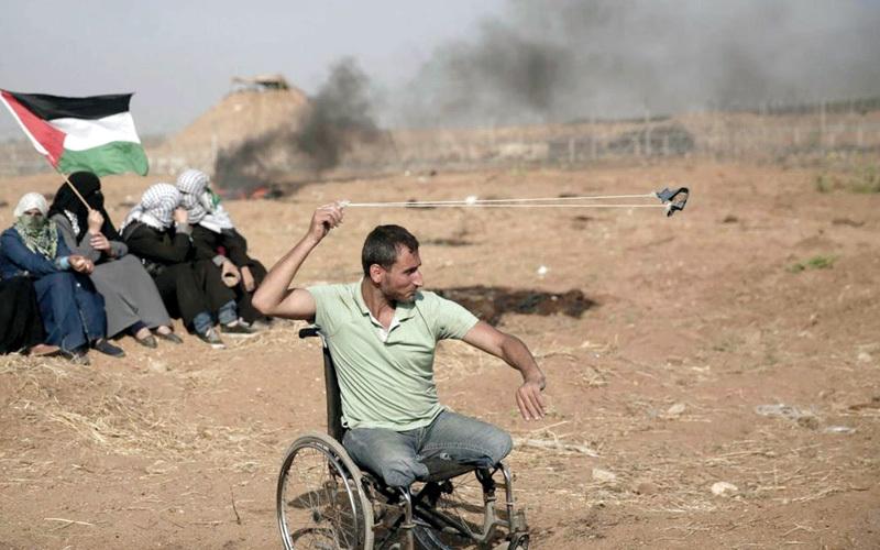 قبل أن ينتهي احتجاج الـ14 من مايو الماضي قنصه جندي إسرائيلي وكأنه ينتقم منه لثباته طوال أيام المسيرات الماضية. الإمارات اليوم