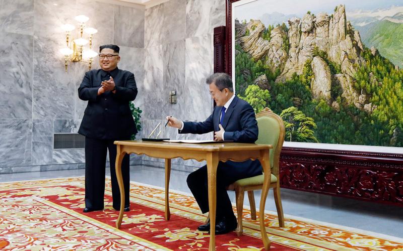 خلال اجتماع مون مع كيم في الجزء الشمالي من المنطقة المنزوعة السلاح.  أ.ب