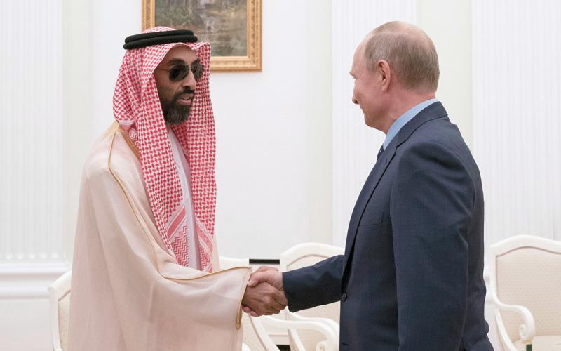بوتين يصافح طحنون بن زايد. وام