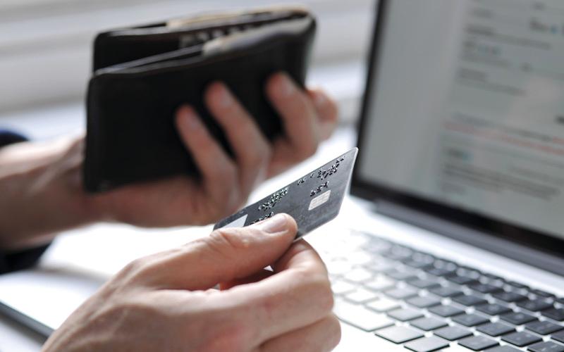 توقعات نمو كبيرة لقطاع التجارة الإلكترونية مع تحوّل المتعاملين للشراء عبر تطبيقات الهواتف الذكية ومواقع الإنترنت. أرشيفية