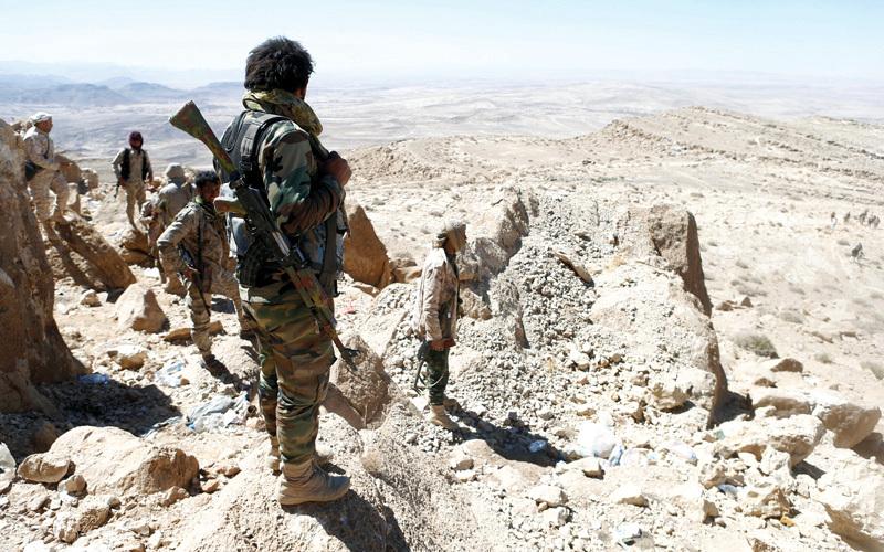 جنود يمنيون يتخذون مواقع لهم خلال معركة خاضوها ضد الحوثيين الايرانيين في نهم بالقرب من صنعاء. رويترز