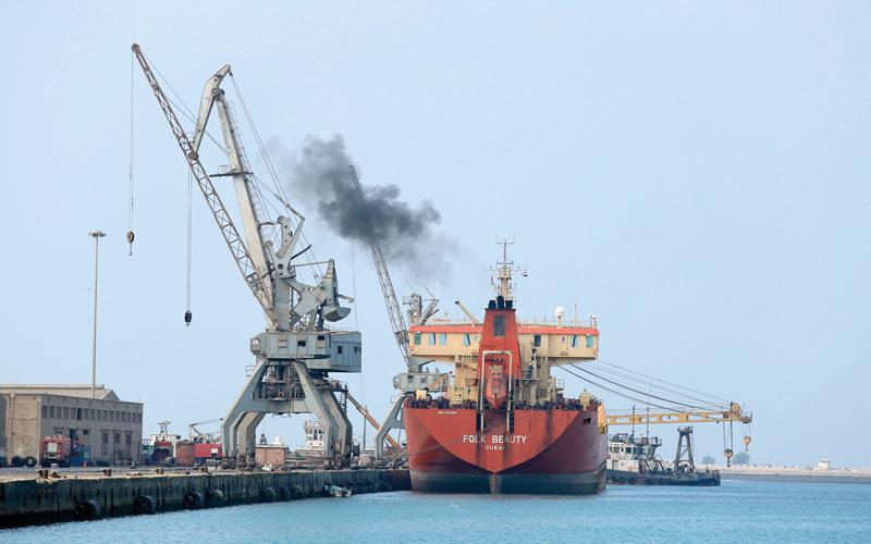 سفينة تفرّغ حمولتها من النفط في ميناء الحديدة.  رويترز