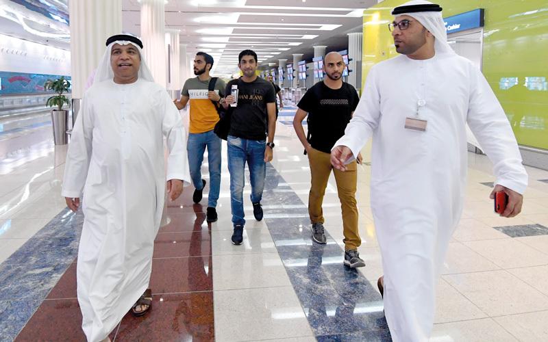 طاقم التحكيم الإماراتي خلال وجوده بمطار دبي قبل التوجه إلى روسيا. تصوير: باتريك كاستيلو