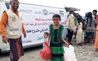 الصورة: «الهلال الأحمر» تنظم إفطاراً جماعياً في مديرية الأزارق بالضالع
