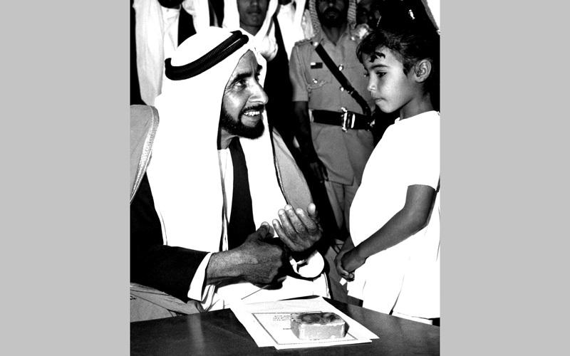 المغفور له الشيخ زايد بن سلطان آل نهيان، طيب الله ثراه، يتحدث إلى طفلة صغيرة (18 مارس 1972).