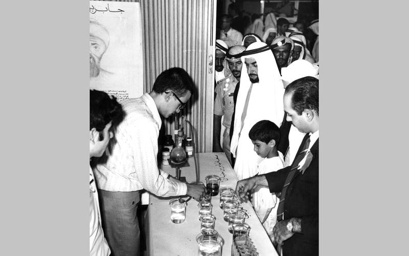 الشيخ زايد بن سلطان آل نهيان أثناء تجوله بمعرض دائرة المعارف في أبوظبي، بتاريخ 27 أبريل 1971، واطلع حينها، طيب الله ثراه، على معروضات الطلاب المشاركين في جناح مدرسة جابر بن حيان، وكان يرافقه سمو الشيخ حمدان بن زايد آل نهيان.