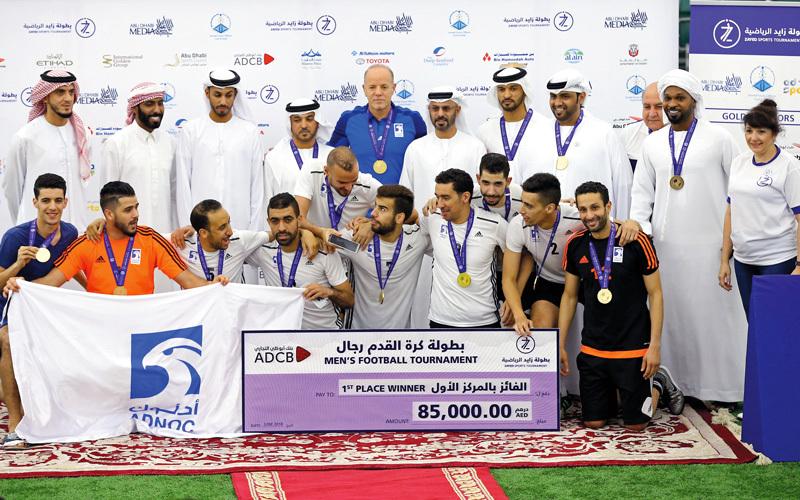 فريق «أدنوك» يرفع كأس البطولة ويحصد جائزة المركز الأول 85 ألف درهم. تصوير: نجيب محمد