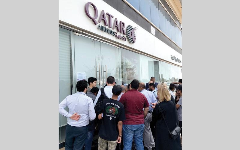 جمهور غفير من المسافرين يتزاحمون أمام أحد مكاتب الخطوط القطرية بعد أن تسببت المقاطعة في إرباك عمل الشركة. أرشيفية