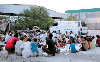 الصورة: «الهلال الأحمر» تطلق مشروع إفطار صائم للنازحين إلى عدن