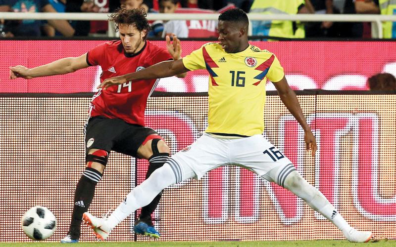 رمضان صبحي في صراع على الكرة مع الكولومبي جيفرسون.  إي.بي.إيه