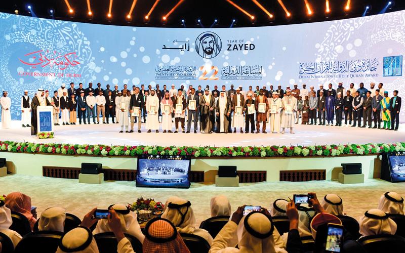 أحمد بن محمد يتوسّط الفائزين بالجائزة.  وام