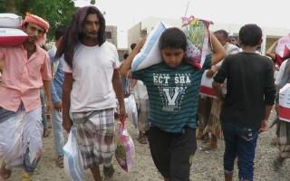 الصورة: «الهلال» تستجيب لاستغاثة أبناء «مودية» في أبين.. وتسيّر قافلة مساعدات عاجلة إلى المهرة