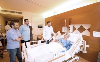 الصورة: حمدان بن زايد يتكفل بعلاج مرضى مواطنين في تايلاند