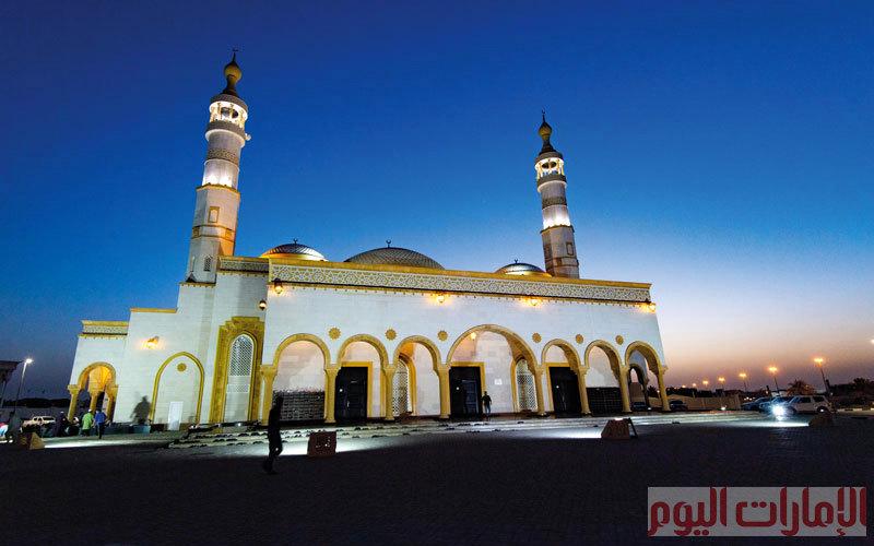 يقع جامع الصديقين ، الذي بُني على الطراز الأموي، في منطقة النوف بالشارقة.