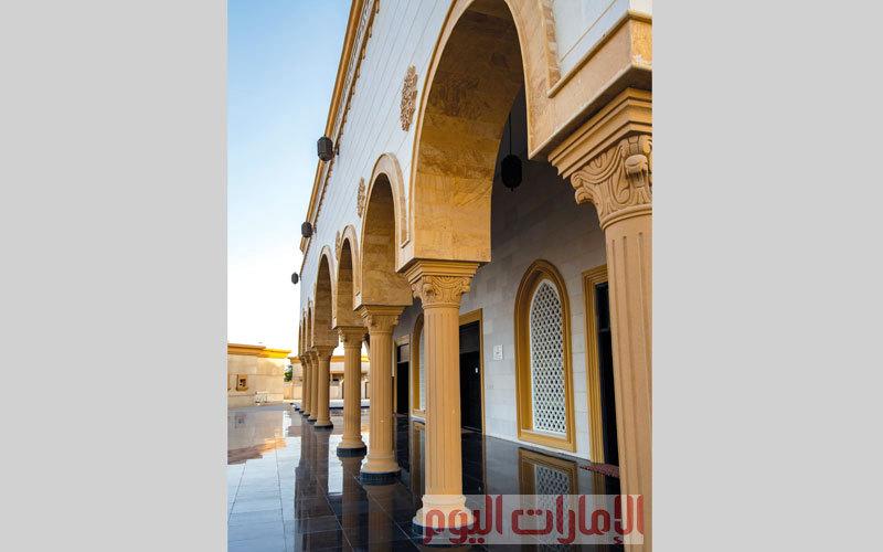 دمج تصميم الجامع من الخارج بين الأحجار الطبيعية وطبقة من النقوش الإسلامية الدقيقة