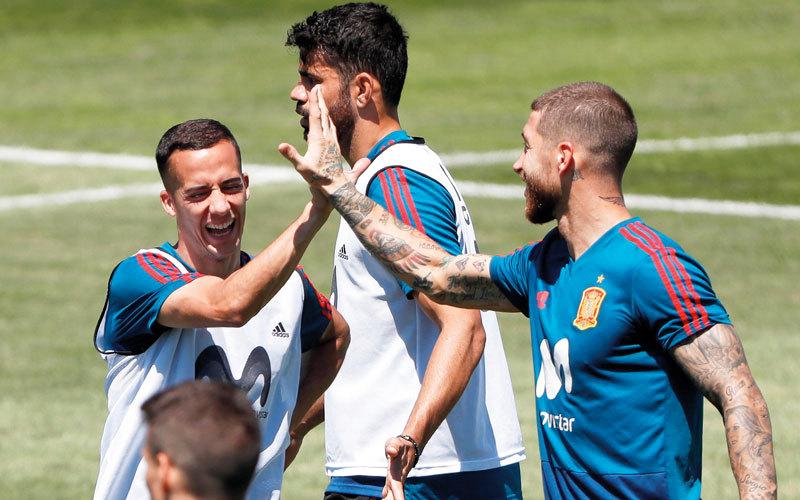 لوكاس فازكيز يحتفل مع قائد المنتخب الإسباني سيرجيو راموس خلال التدريبات. إي.بي.إيه