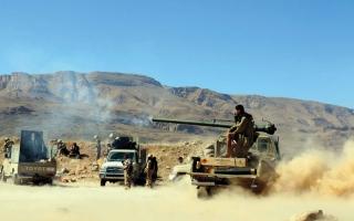 الصورة: بإسناد إماراتي.. مدفعية التحالف تحطم تحصينات الحوثيين في الجراحي والتحيتا وبيـت الفقيه