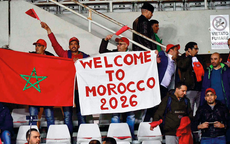 مشجعون مغاربة يرفعون شعار «المغرب 2026» دعماً لاستضافة المونديال. الإمارات اليوم