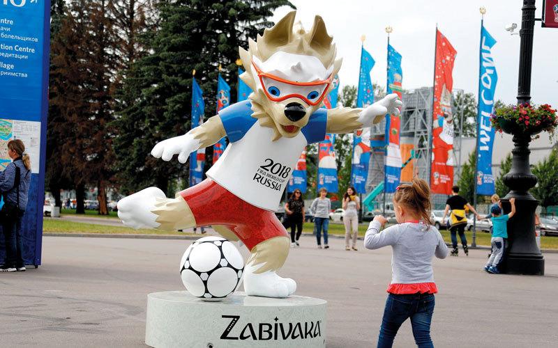 تميمة المونديال  «زابيفاكا» معروضة أمام  ملعب سان بترسبيرغ في أكبر المدن الروسية. رويترز