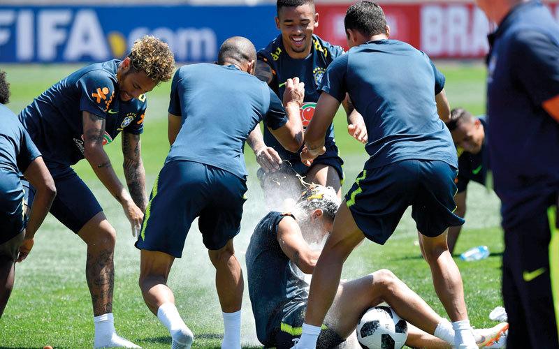 لاعبو منتخب البرازيل يحتفلون أثناء التدريبات بعيد ميلاد النجم كوتينيو من مواليد 6-12-1992. أ.ف.ب