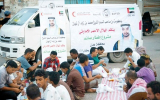 الصورة: «الهلال» تقدم 5000 سلة غذائية لأبناء عدن والنازحين من تعز والحديدة
