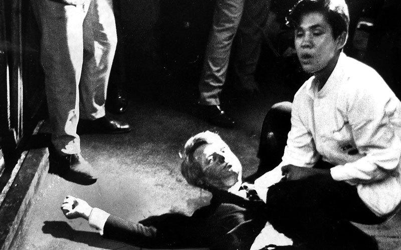 روبرت كينيدي عقب اغتياله بعد خطاب النصر بفوزه في الانتخابات التمهيدية الديمقراطية في كاليفورنيا. أرشيفية