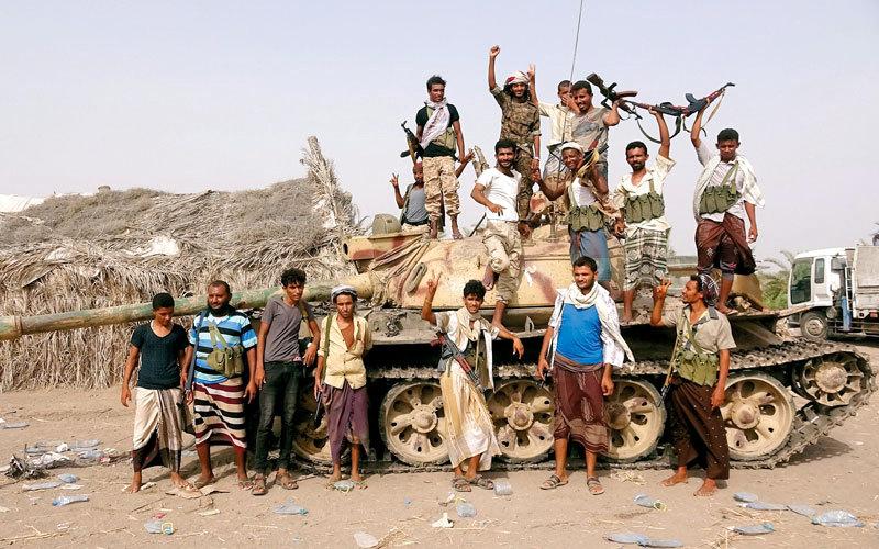 مقاتلون من المقاومة اليمنية على أبواب الحديدة. رويترز