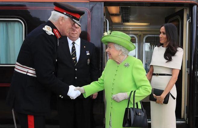 بالصور.. رحلة ملكية بالقطار للملكة إليزابيث وميغان