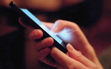 الصورة: خبير تقني يقدم حلولاً لتسريع عمل الهاتف الذكي وتحميل التطبيقات
