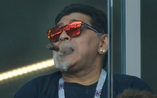 الصورة: مارادونا يعتذر عن التدخين خلال مباراة الأرجنتين وآيسلندا